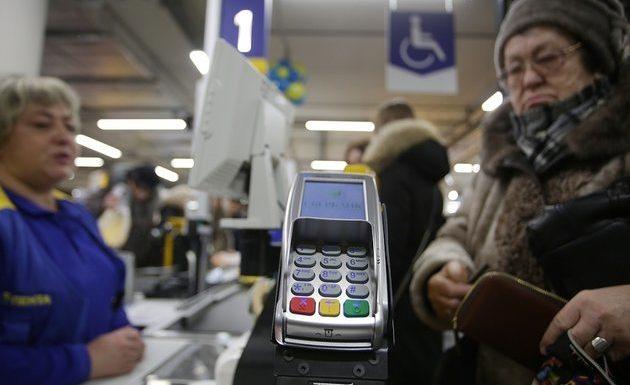 Россияне смогут снимать «наличку» с карт прямо в кассах магазинов