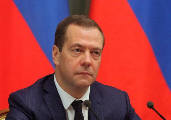 Медведев направил в Госдуму распоряжение об освобождении семей с детьми от налогов