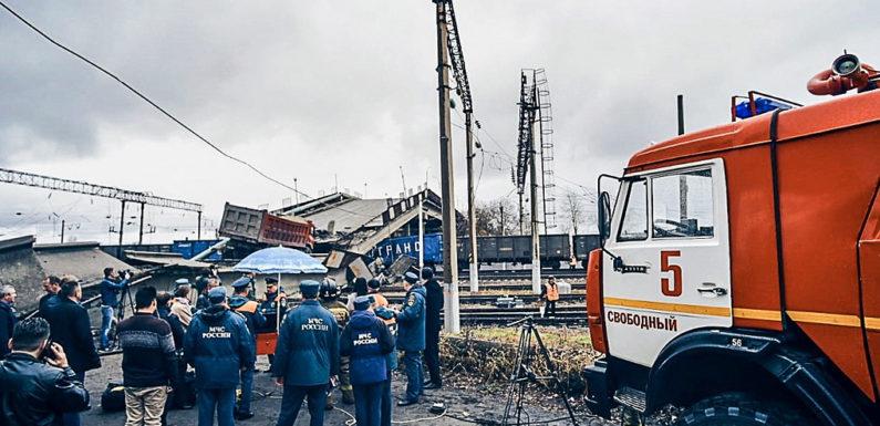 Смотреть видео обрушения моста в Свободном на поезд